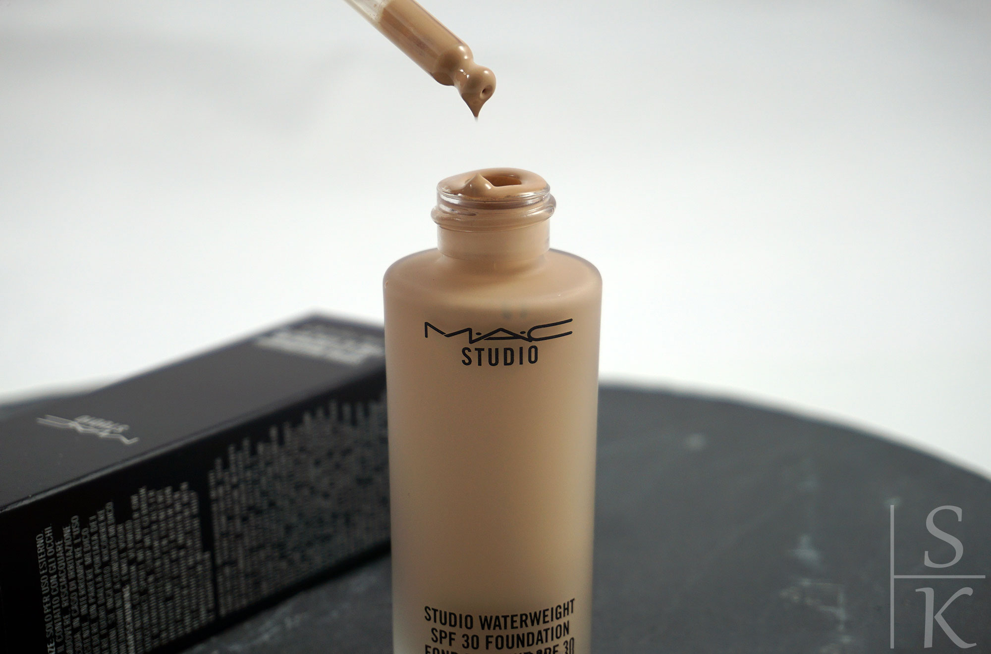 MAC-Studio-Waterweight-Foundation-07